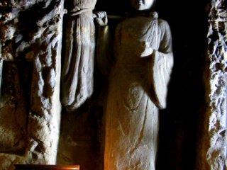 각각의 동상은 신이나 여신을 나타낸다