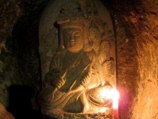각 동상은 또한 촛불에 의해 밝혀지며, 그것은 당신이 구매하고 당신이 기도하고 있는 곳에 놓일 수 있다