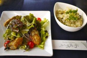 Tiram tumis dengan salad dan nasi tiram