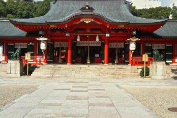 Ikuta Shrine, beautiful at any time of the day