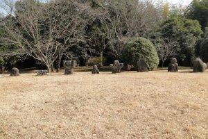 Каменные статуи стоят во главе кургана