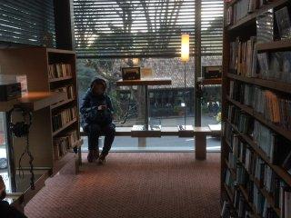 Bên trong nhà sách Tsutaya Books có rất nhiều chỗ ngồi để bạn có thể đắm chìm trong những cuốn sách hay