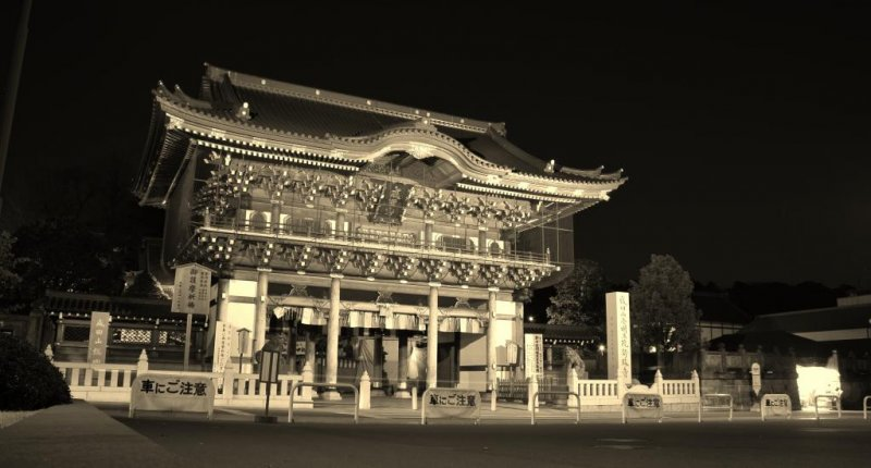 <p>Ворота в храм Наритасан ночью</p>