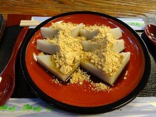 ขนมคุซุโมจิโรยหน้าด้วยคุโระมิตซึต และคินะโกะ