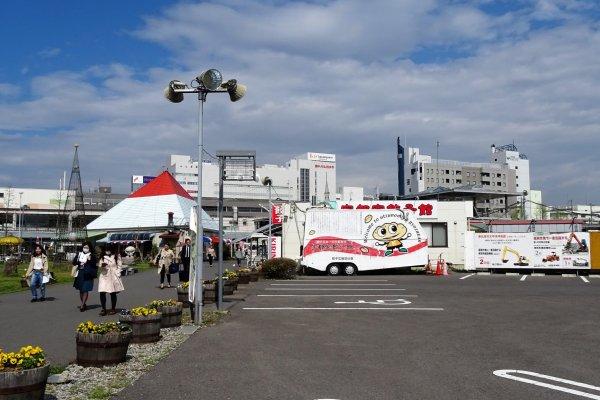 ร้านอุตซึตโนะมิยะ เกี้ยวสะคาน (Utsunomiya Gyozakan) ตั้งอยู่บนลานกว้างหน้าสถานีอุตซึตโนะมิยะ (ประตูทางออกทิศตะวันออก)
