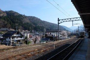 นั่งรถไฟ JR จากสถานียามากาตะ เพียง 18 นาทีก็ถึงสถานียามะเดระ