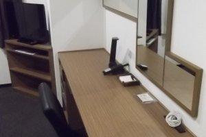 Meja, cermin, dan TV