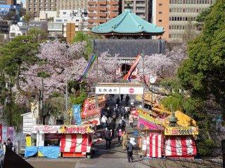 เมื่อศาลาแปดเหลี่ยมถูกรายล้อมด้วยดอกไม้และแผงขายอาหารเทศกาล