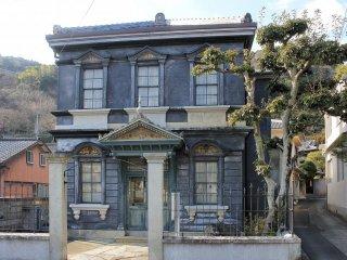 Фасад Сираиси Ватаро Ёкан, здание было построено в 1890-х, чтобы иностранные специалисты чувствовали себя в Японии как дома.