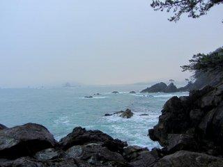 Bờ biển khá ấn tượng và vào mùa đông thường có tuyết