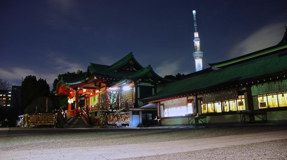 Kameido Shrine and Skytree in the background at night