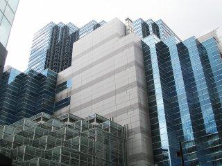 Les bâtiments modernes du quartier