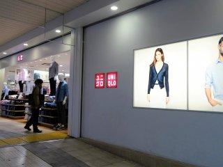 หน้าร้านยูนิโคล (UNIQLO) ในสถานีอุเอะโนะ (Ueno)