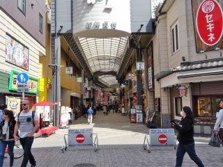ถนนช้อปปิ้ง 'ชิน-นะคะมิเสะ' (Shin-Nakamise) ซึ่งแปลว่า 'ถนนนะคะมิเสะใหม่' ถนนช้อปปิ้งสายนี้วิ่งขนานไปกับ ถนนช้อปปิ้งยอดนิยม 'นะคะมิเสะ'