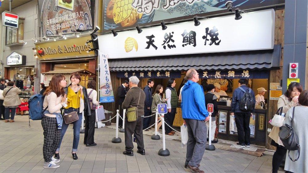 ร้านนะรุโตะ ไทยะกิ ฮอนโปะ บนถนนช้อปปิ้ง 'ชิน-นะคะมิ' (Shin-Nakami) ในอะสะกุสะ (Asakusa)
