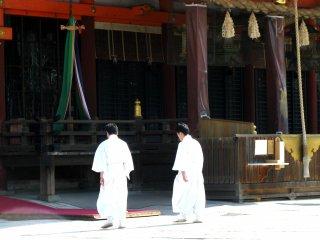 Para pendeta bersiap untuk upacara pernikahan