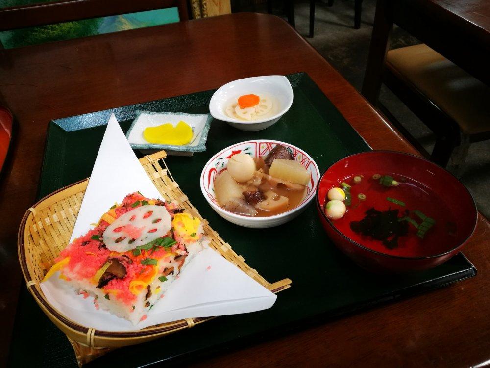 เซตอาหารกลางวัน ราคา 900 เยน
