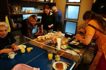 บรรยากาศการทำอาหารเช้าร่วมกัน