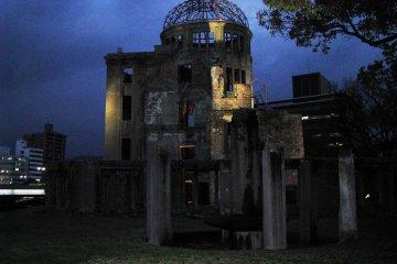 Подсветка останков здания