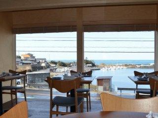 店内からは日本海と崎漁港が見える
