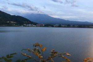Гора Фудзи и озеро Кавагути, обзорный вид с дороги