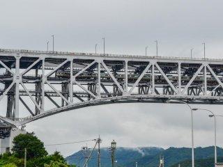 2階建ての橋の下部は電車が通る。交通料金は良心的。