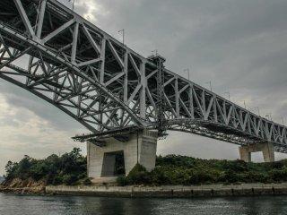 橋を下から眺めた時、その力強さに感銘を受ける