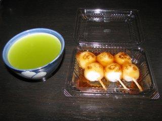 Зелёный чай и данго - тягучие шарики из риса, с разными сиропами вкусные
