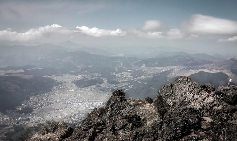 На пути к вершине вы сможете вдалеке увидеть город Юфуин