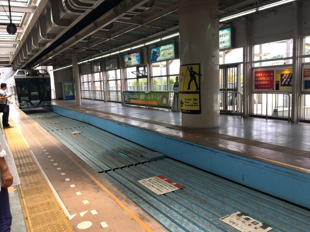Monorail approaching Ofuna Station