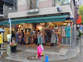 ร้านค้าเรียงรายสองข้างถนน