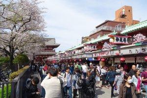 ถนนช้อปปิ้ง 'นะคะมิเสะ' (Nakamise) ถนนช้อปปิ้งยอดนิยมแห่งวัดเซ็นโซะจิ (Sensoji) อะสะกุสะ (Asakusa) โตเกียว