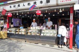 ร้านขนมบนถนนช้อปปิ้ง 'นะคะมิเสะ' (Nakamise)