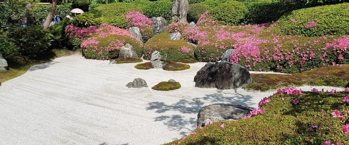 สวนญี่ปุ่นที่ตั้งอยู่ด้านหน้าของฮอนโด (hondou) หรืออาคารหลัก