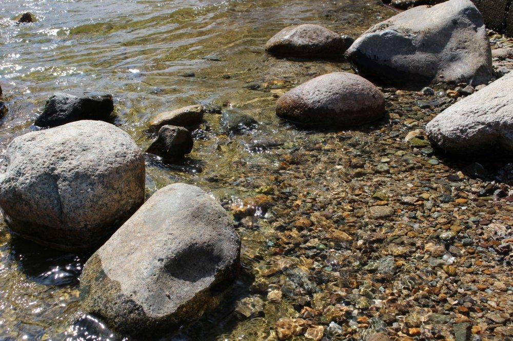 Des pierres au bord de l'eau