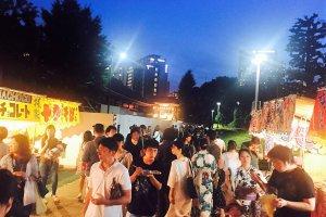เทศกาลดอกโคมจีน ยามราตรี ผู้คนคึกคักมาก