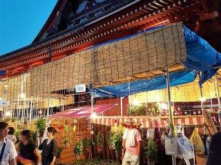 โฮะซุกิ อิชิ (Hozuki Ichi) หรือ งานเทศกาลดอกโคมจีน แห่งวัดเซ็นโซะจิ จัดให้มีขึ้นในต้นฤดูร้อน ในวันที่ 9 และ 10 กรกฏาคม ของทุกปี