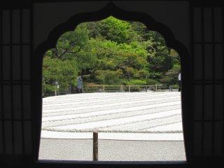Окно с видом на сад песка