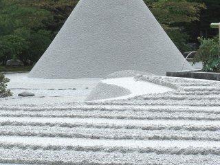 Конус из песка