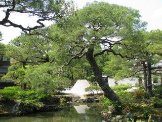 В традиционном японском саду обязательно присутствует вода