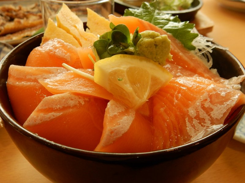 Moist and delicious salmon donburi