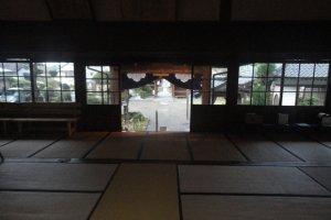 O interior do salão principal do Eikokuji está inteiramente forrado de tatami, é de entrada livre e está sempre de portas abertas, sem ter segurança ou qualquer restrição, confiando na educação e respeito de toda a população e também dos visitantes
