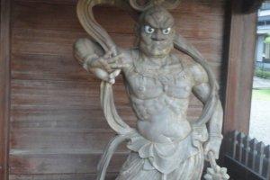 Nio da força potencial. Este kongorikishi aguarda a hora certa de atacar as forças do mal, protegendo a entrada do templo Eikokuji.