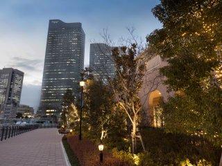 Яркие неоновые огни - характерная особенность ночного Минато Мирай