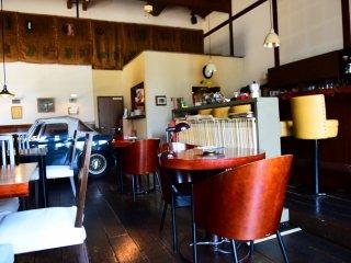 Dekorasi kafe bergaya retro dan tampak nyaman