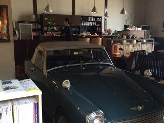 Винтажная машина внутри кафе