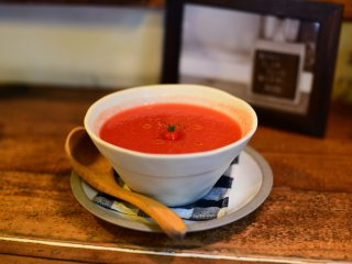 Une soupe de tomate froide rafraîchissante