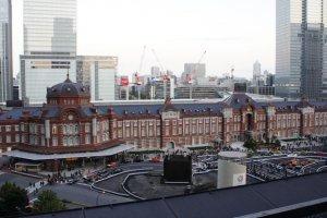 La estación de Tokio en un día nublado.