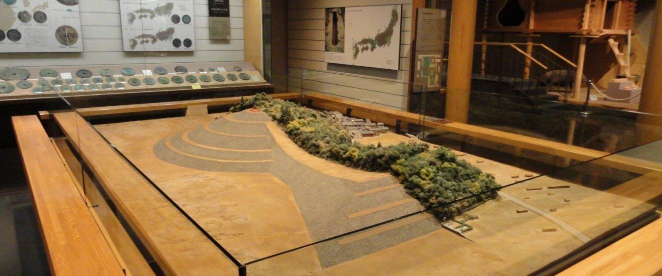 Sala de exposição dedicada ao período Kofun, com a reprodução dos famosos monumentos funerários em forma de \