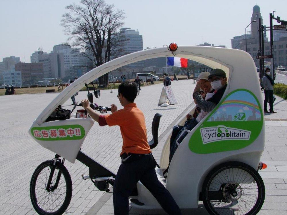 タクシーはゆっくり進むので、通り過ぎる人や街並みをじっくり見物することができる